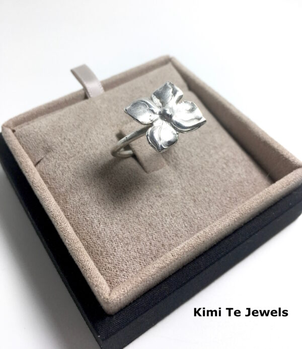 side view of the Kimi Te Fleur ring